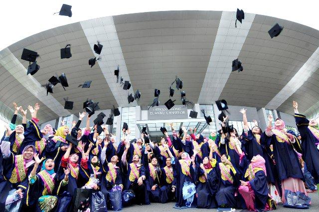 graduan, graduan mengganggur, graduan tiada kerja, graduan hutang ptptn, beza graduan universiti, graduan universiti