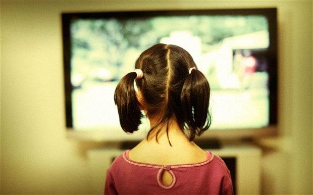 anak berdiri tengok TV, anak menonton TV, anak tengok TV lama, sebab anak tengok TV berdiri, jangan tengok TV lama