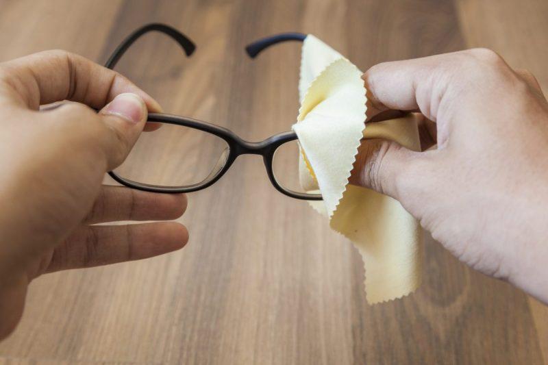 menjaga cermin mata, penjagaan cermin mata, cara jaga cermin mata, tip jaga cermin mata, bersihkan cermin mata, lap cermin mata, basuh cermin mata