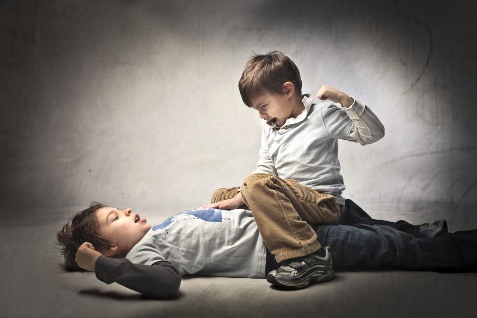 pergaduhan adik beradik, adik beradik gaduh, adik beradik bertengkar, adik beradik tak sepakat