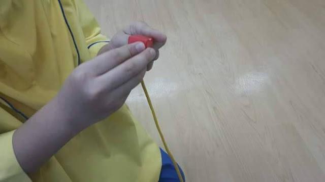 ajar anak menulis, kemahiran jari anak, kemahiran anak pegang pensil, ajar anak pegang barang, fine motor, fine motor skill